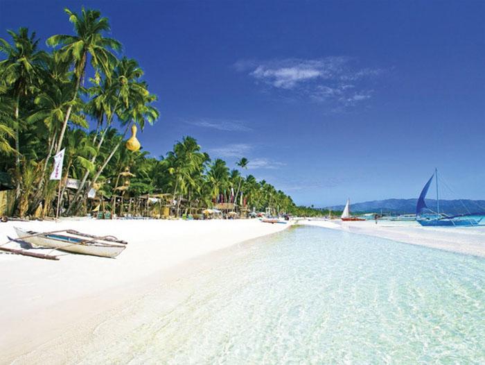 Đảo Boracay với dải cát trắng mình và làn nước trong xanh