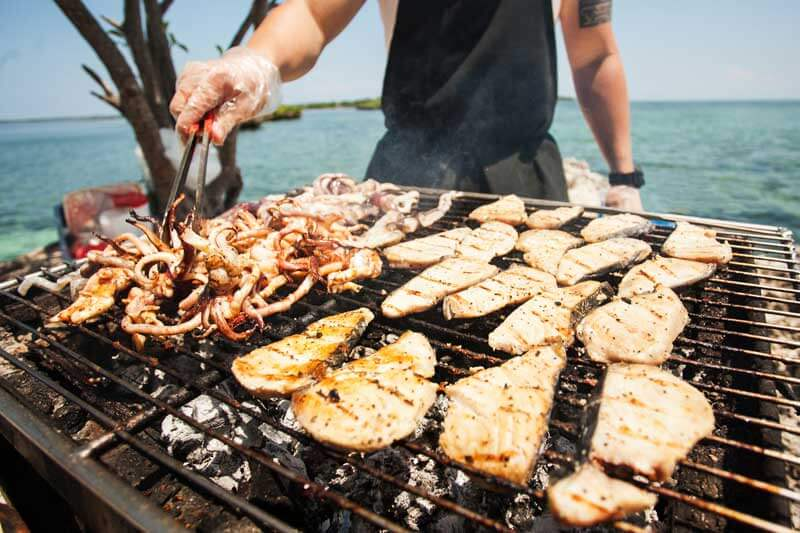 BBQ-an-trua-tren-thuyen-island-hoping-tour-cebu